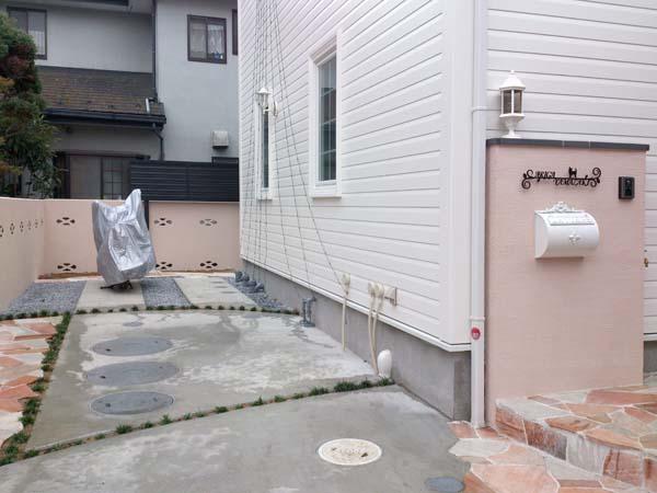 ピンクのさわやかな欧風外構 市川市 写真