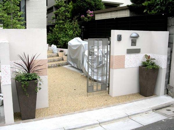 シンプルな門扉とプランター 市川市 写真