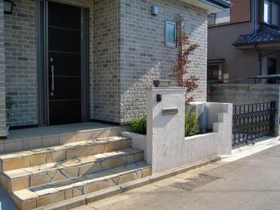 シンプルな門柱と石貼り階段 船橋市 写真