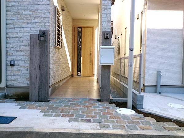 古木風リアルウッド レイルスリーパーの門柱 市川市 写真