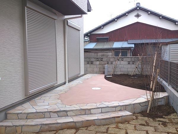 カラークリートと乱形石のテラス 千葉県市川市 写真