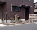 アンティークな枕木とホワイトウッド調の玄関目隠し 市川市