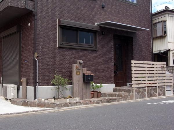アンティークな枕木とホワイトウッド調の玄関目隠し 市川市 写真