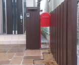 赤いポストと枕木のナチュラルエクステリア 千葉県市川市