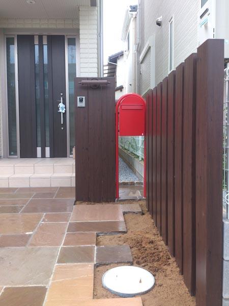 赤いポストと枕木のナチュラルエクステリア 千葉県市川市 写真