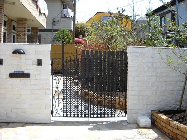 アイアンの門扉と和風の庭 市川市 写真