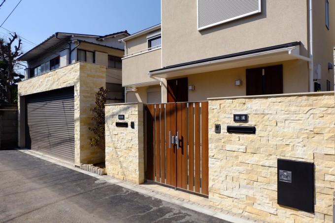 シャッターのある二世帯住宅 クローズ外構 文京区 写真