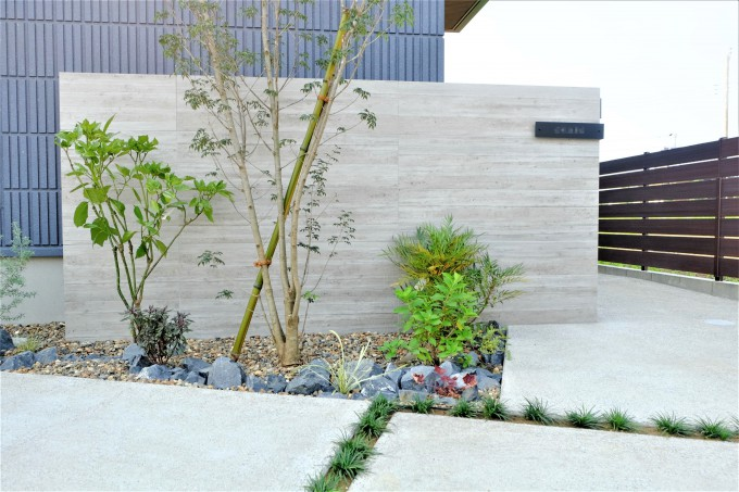 木目デザインの植栽あふれる外構 @流山市 写真