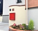レンガ花壇と赤いポストがアクセントのかわいい外構@千葉市