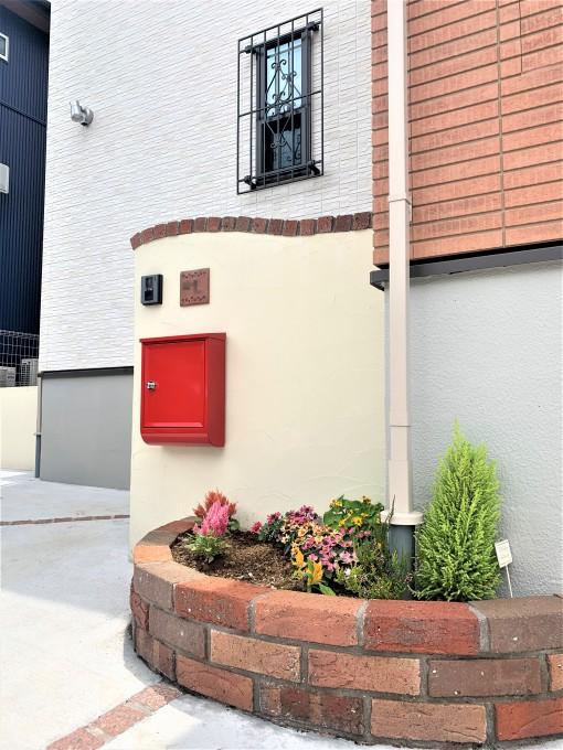 レンガ花壇と赤いポストがアクセントのかわいい外構@千葉市 写真